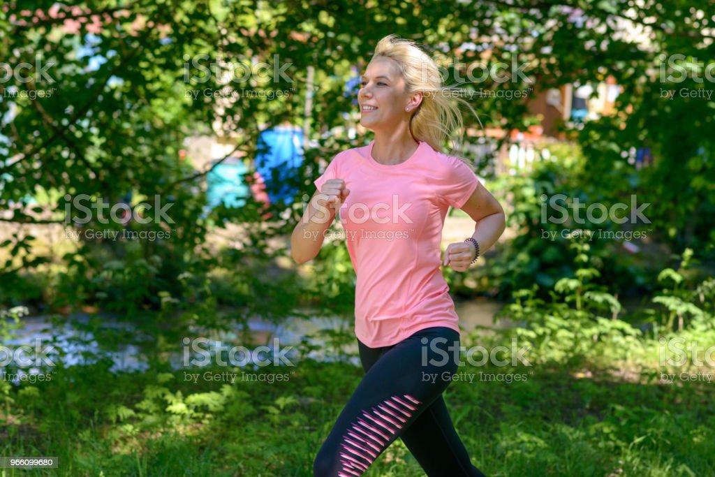 Junge Frau im Land laufen - Lizenzfrei Alterungsprozess Stock-Foto