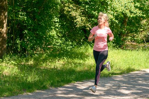 Junge Frau Im Land Laufen Stockfoto und mehr Bilder von Aktiver Lebensstil