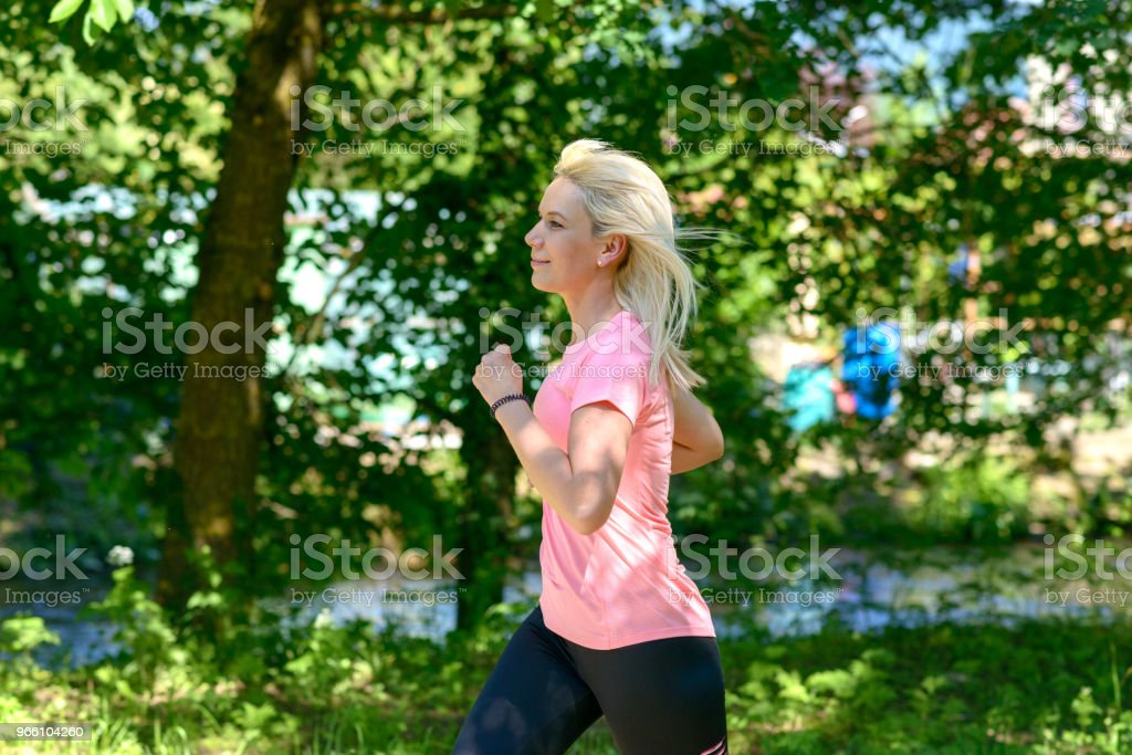 Young woman running in countryside - Royalty-free Adulto Foto de stock