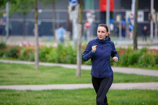 Jonge Vrouw Uitgevoerd In Europees Stadspark Stockfoto en meer beelden van Afvallen
