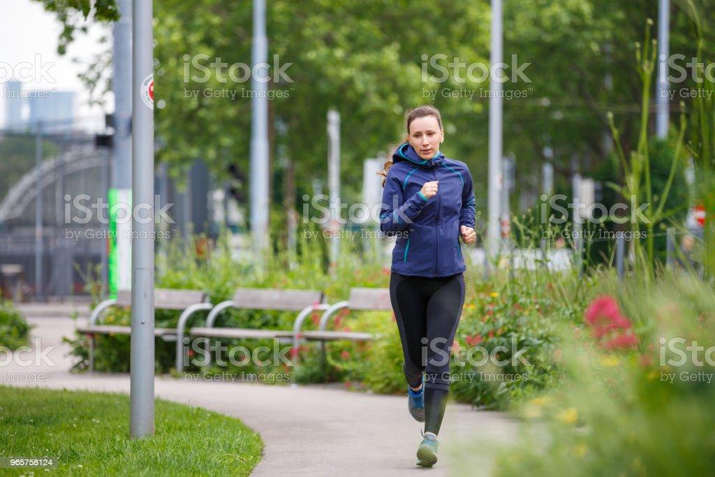 Jonge vrouw uitgevoerd in Europees stadspark - Royalty-free Afvallen Stockfoto
