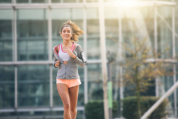 Young woman running in the city street – Foto