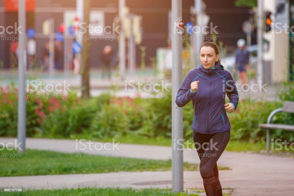 Jonge vrouw uitvoeren in de ochtend in stadspark - Royalty-free Afvallen Stockfoto