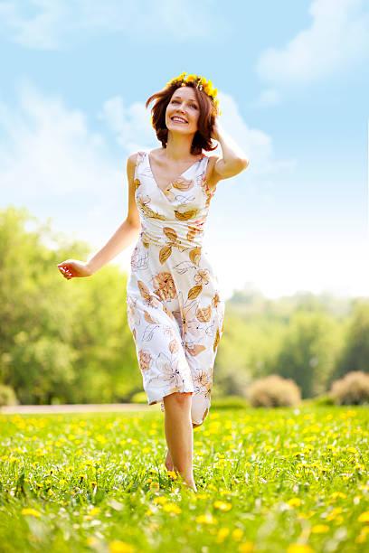 Junge Frau läuft auf dem Rasen – Foto