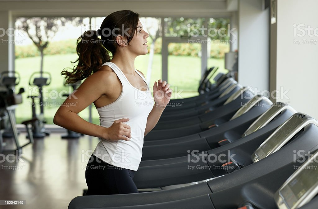 Junge Frau läuft auf Laufband – Foto