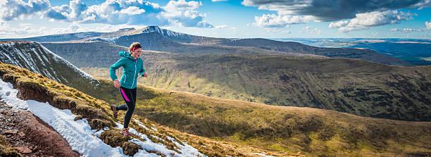 mujer joven corriendo en desierto los senderos en la cresta panorama - trail running fotografías e imágenes de stock