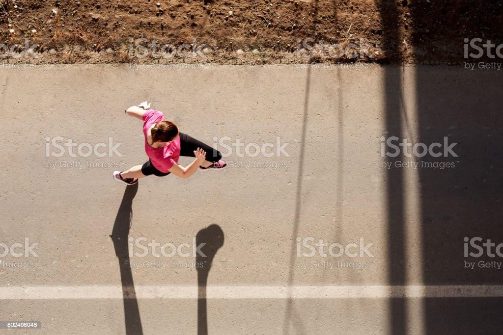 Junge Frau Laufen – Foto
