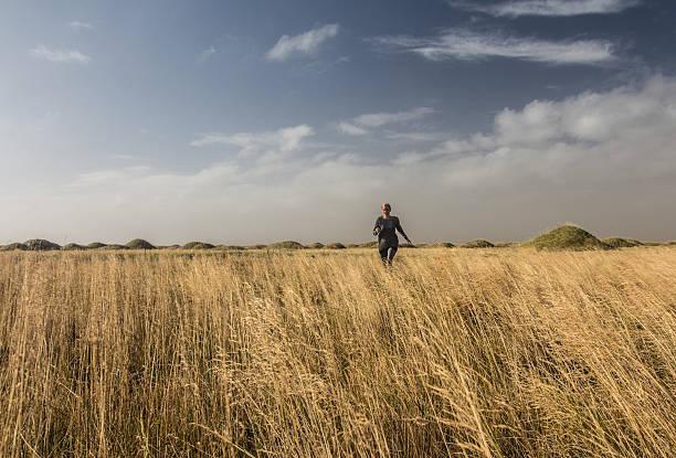 Junge Frau, die das Feld in Island – Foto