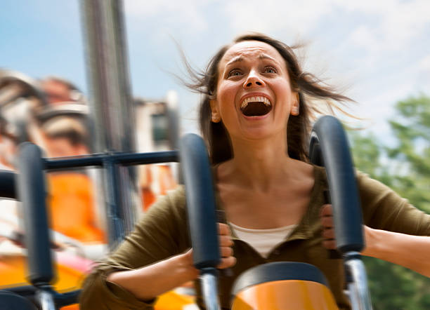 Junge Frau schreien auf einer Achterbahn – Foto