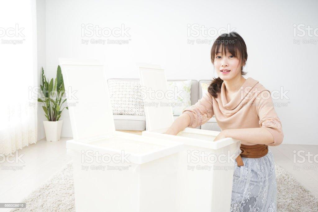 Jonge vrouw scheiden van afval royalty free stockfoto