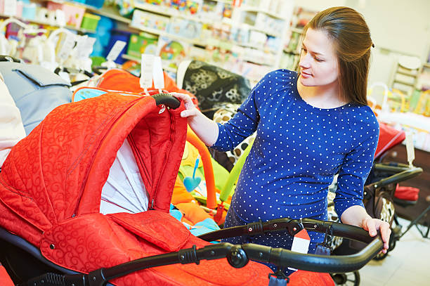 Junge Frau shopping für die Schwangerschaft – Foto