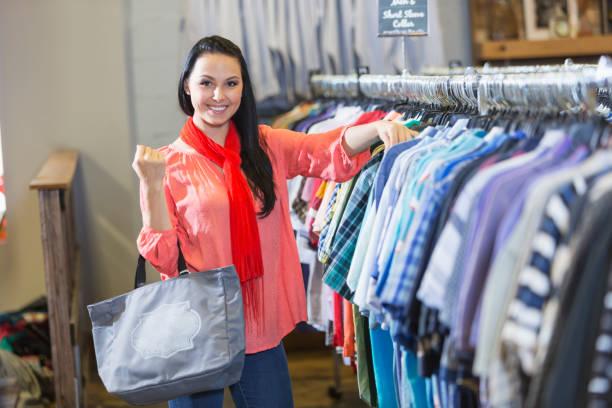 junge frau shopping für herrenbekleidung - uhrenhalter stock-fotos und bilder