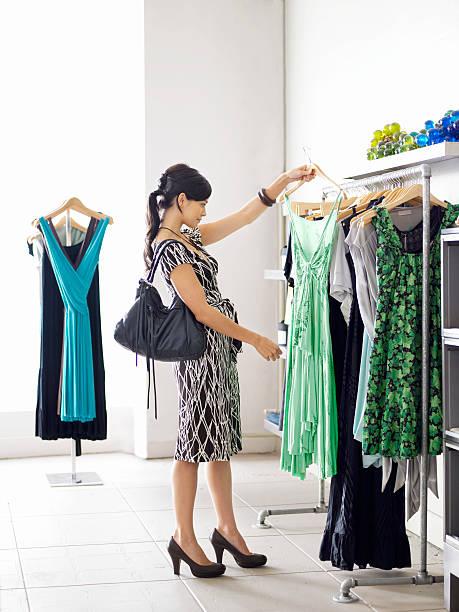 Junge Frau Einkaufen in boutique – Foto