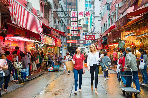 giovane donna shopping di hong kong - hong kong foto e immagini stock