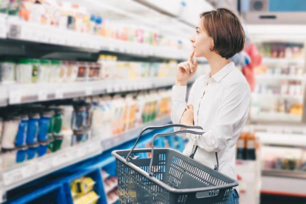 スーパーマーケットで買い物をする若い女性 - スーパーマーケット 日本 ストックフォトと画像