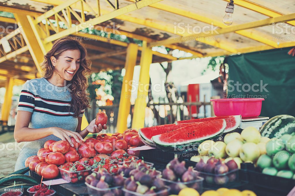 Young woman shopping on the farmer's market – Foto
