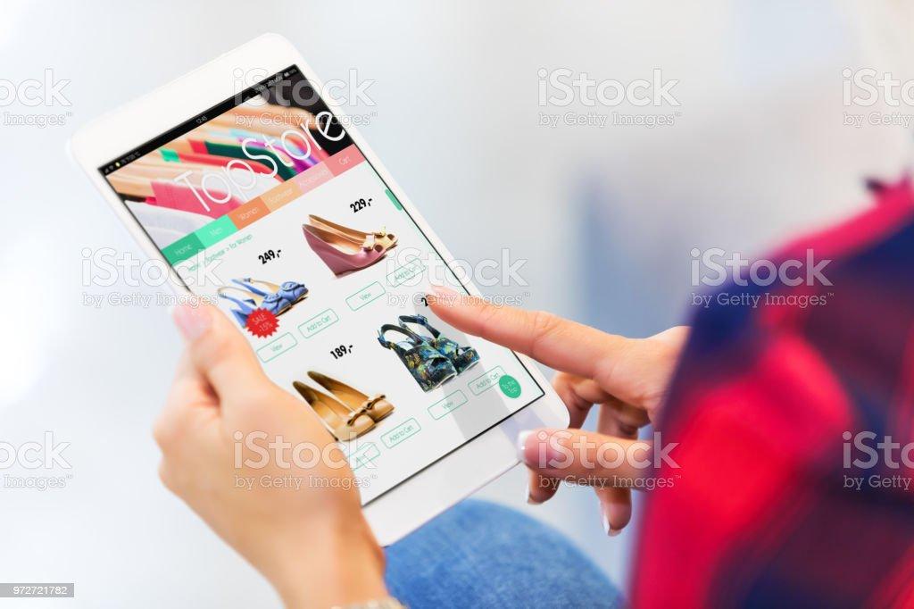 Junge Frau auf dem Tablet PC Online-shopping – Foto