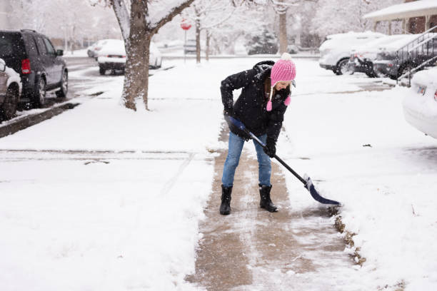 鏟雪的年輕婦女 - 鏟 個照片及圖片檔
