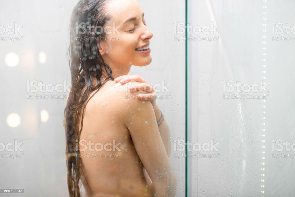 giovane in doccia nudo immagini nuda