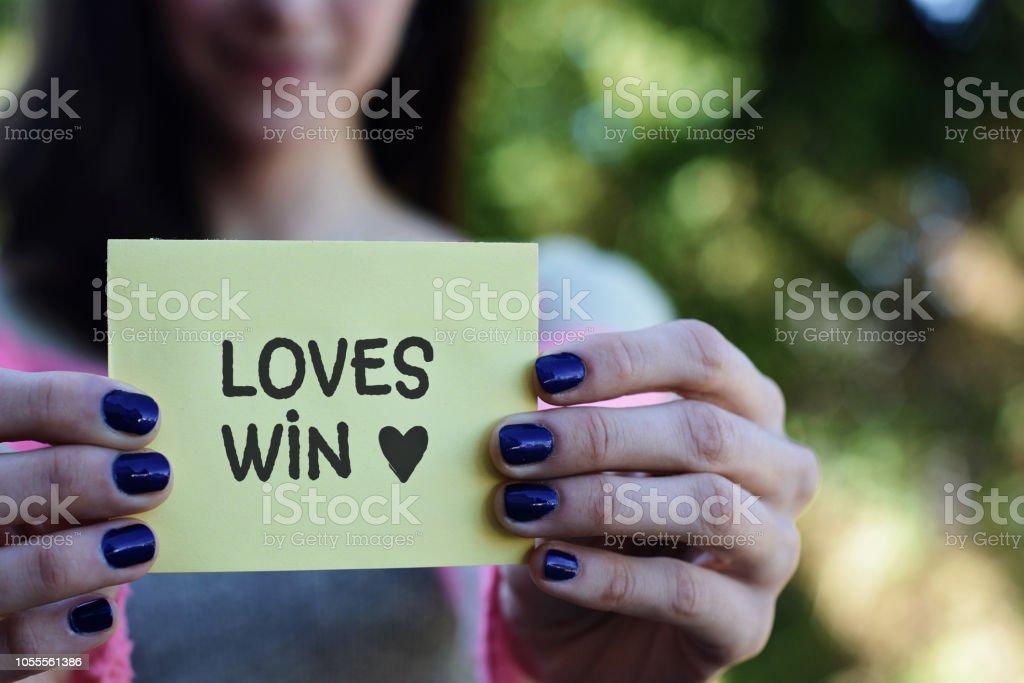 Genç kadın bir not defteri seviyor kazanmak metinle gösterilen stok fotoğrafı