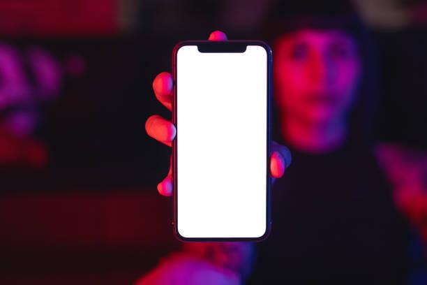 Junge Frau zeigt leere Smartphone – Foto