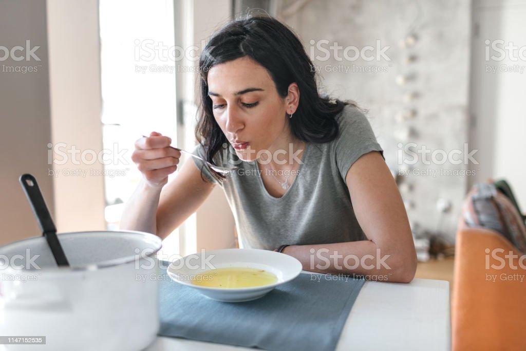 Jonge vrouw ziek thuis - Royalty-free Alleen volwassenen Stockfoto