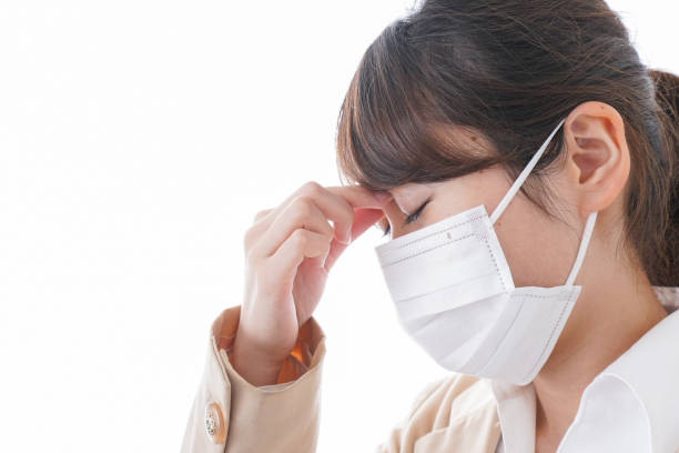 若い女性の病気 - くしゃみ 日本人 ストックフォトと画像
