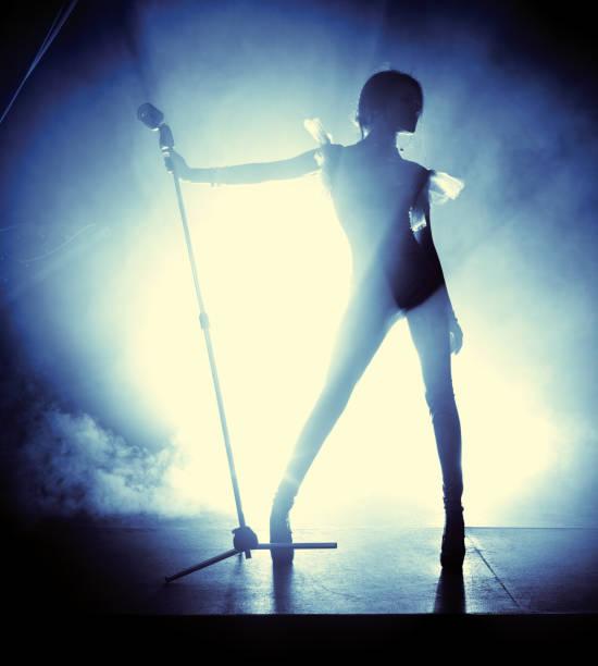 jeune femme chanteuse - chanteuse photos et images de collection