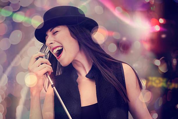 若い女性歌、マイクロフォン用マイクロフォンホルダ - ポップミュージシャン ストックフォトと画像