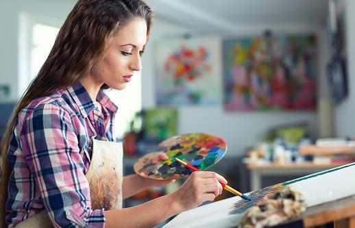 젊은 여 자가 앉아 및 그리기 공예에 대한 스톡 사진 및 기타 이미지