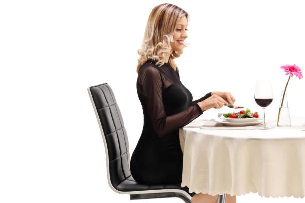 ung kvinna sitter vid ett bord i restaurangen och äta - bordsskick bildbanksfoton och bilder