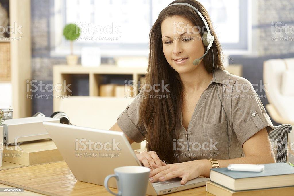 Junge Frau mit laptop und headset – Foto