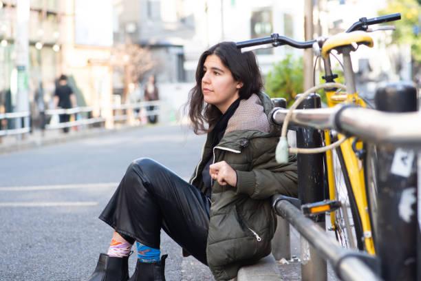 彼女の自転車で座っている若い女性 - showus ストックフォトと画像