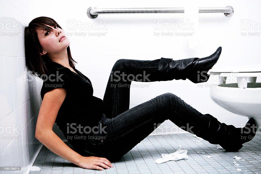 Женщина и парень в туалете порно фото