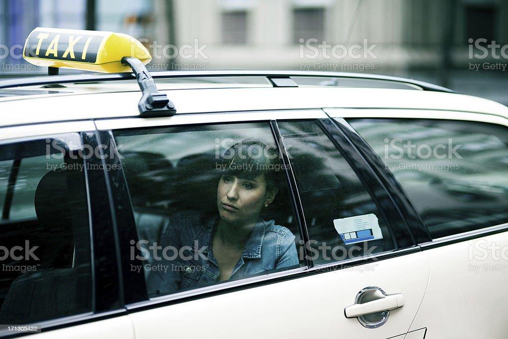 Junge Frau sitzt im taxi cab – Foto