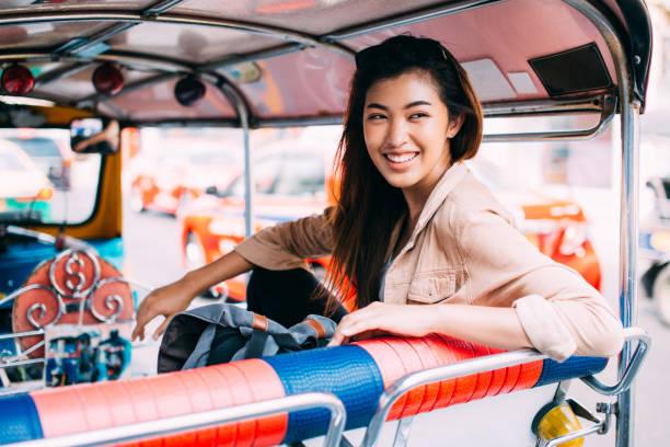 Junge Frau sitzt in Bangkok, Thailand – Foto