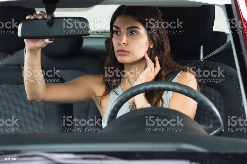 Jovem mulher sentada dentro do carro - foto de acervo
