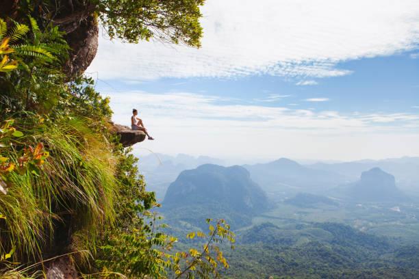 Junge Frau auf einem Felsen sitzen und entspannen. – Foto