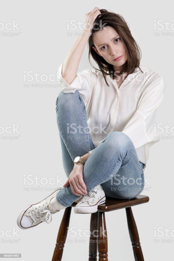 Sur Femme Le Assise En De Photo Libre Droit Jeune Tabouret Bar n0vwmON8
