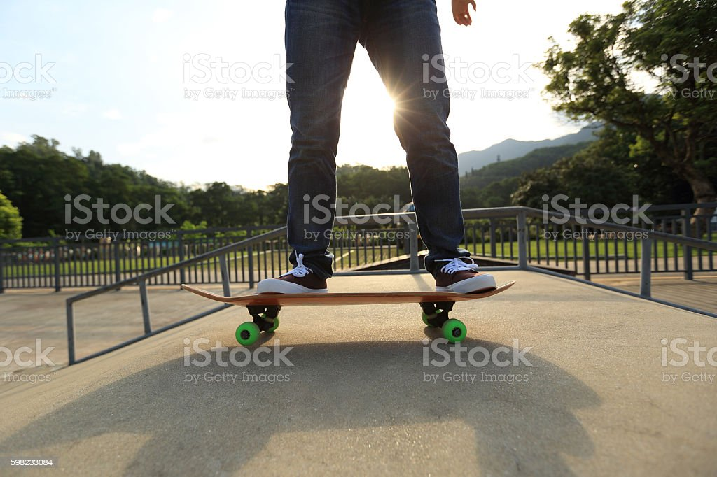 young woman skateboarding at skatepark foto royalty-free