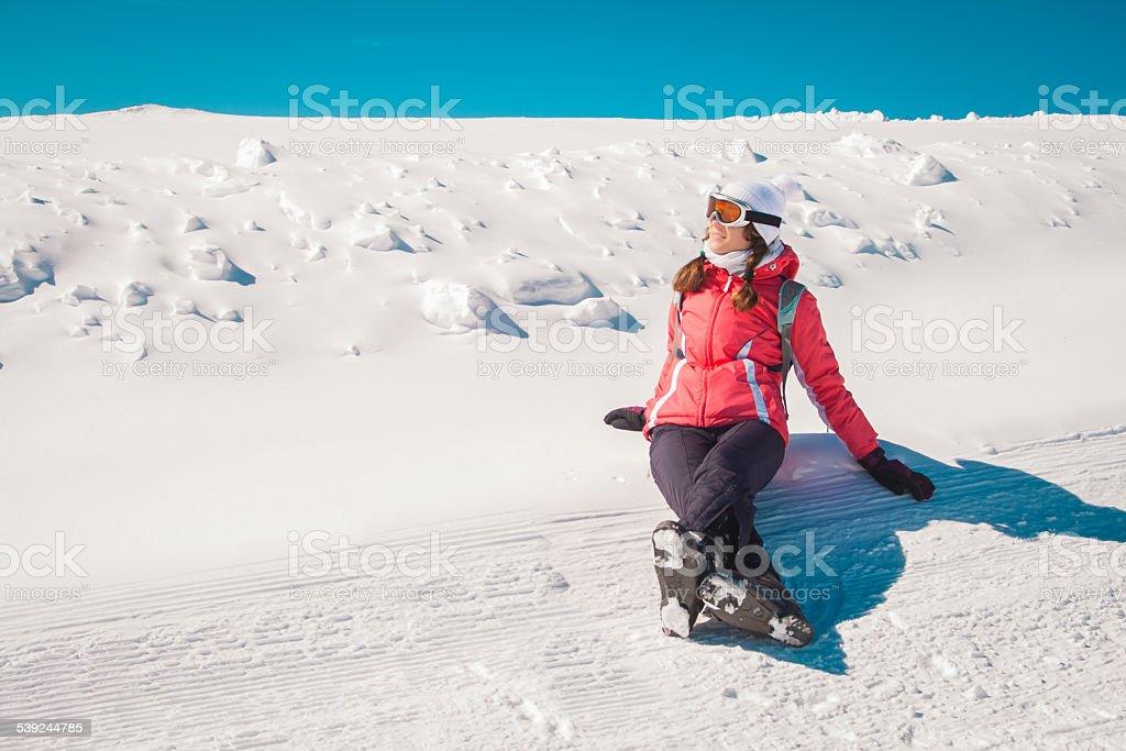 Mujer joven esquiador disfruta de la nieve foto de stock libre de derechos