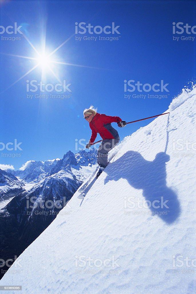 Junge Frau Skifahren Lizenzfreies stock-foto