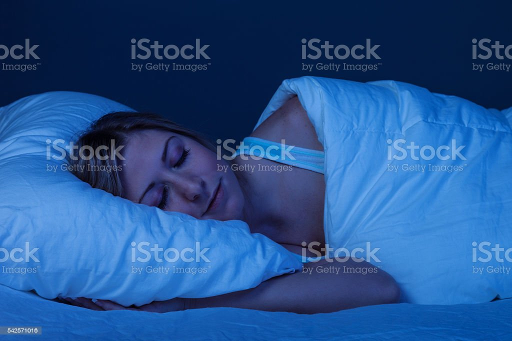 Jovem mulher dormindo com alegria - foto de acervo