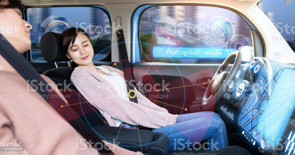 Ung kvinna sover i autonoma bil. bildbanksfoto