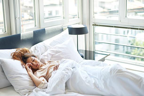 Junge Frau schlafen im Bett – Foto