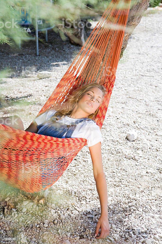 Jovem mulher dormir na cama de foto de stock royalty-free