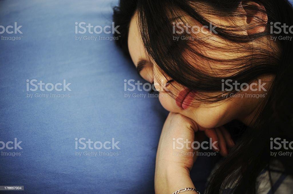 Joven mujer durmiendo en la cama foto de stock libre de derechos