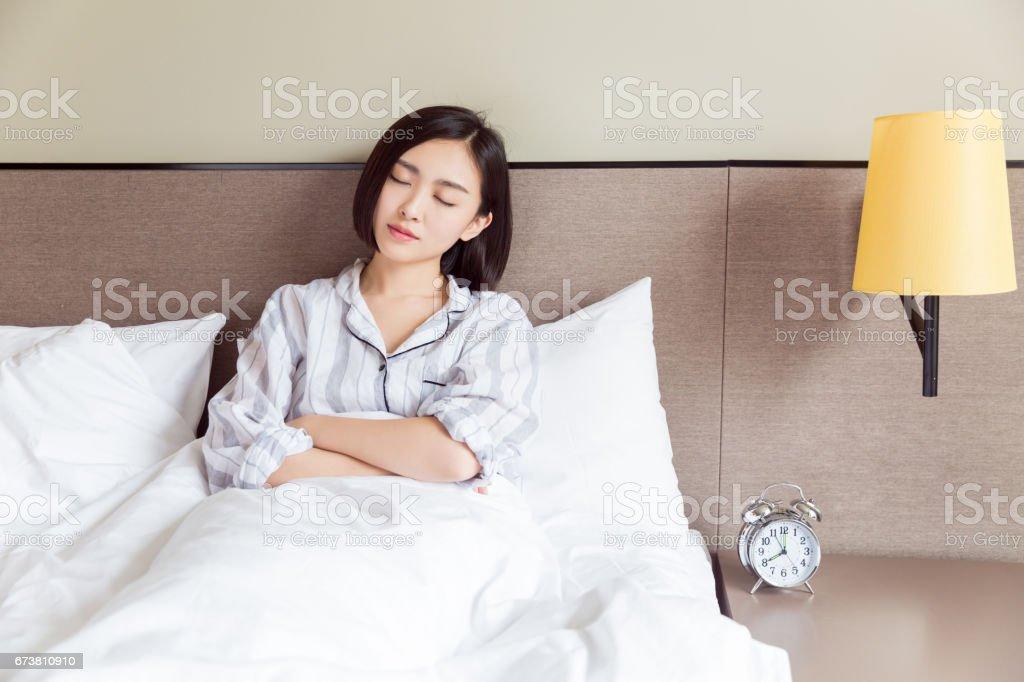 jeune femme dormant sur l'oreiller photo libre de droits