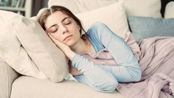 Junge Frau schläft auf Sofa – Foto