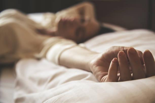 Junge Frau schlafen, seitliche Ansicht, ehrliche Art Bild – Foto